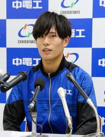 世界陸上の男子マラソンに向け、記者会見で抱負を述べる二岡康平=29日午前、広島市(共同)