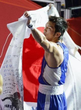 男子ミドル級で優勝し日の丸を掲げて喜ぶ村田諒太=エクセル(共同)
