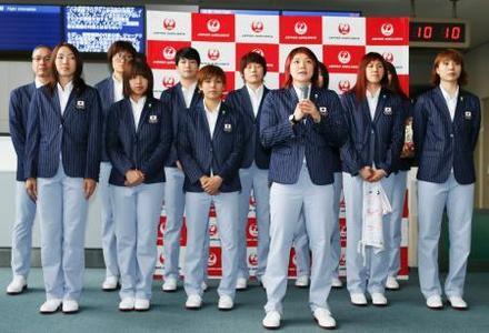 合宿地への出発を前にあいさつするリオ五輪バスケ女子日本代表の吉田(手前)=成田空港(共同)