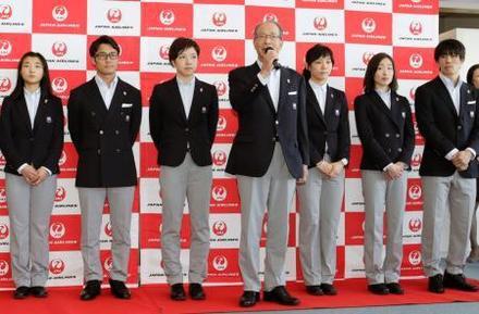 写真】日本選手団が平昌五輪へ 小平主将ら笑顔で出発 - JOC