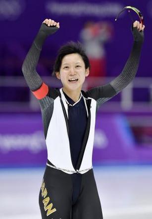 女子1500メートルで銀メダルを獲得し、両手を突き上げる高木美帆=江陵(共同)