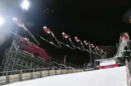 ノルディックスキー・ジャンプ女子で銅メダルを獲得した高梨沙羅の1回目の飛躍の連続合成写真=12日、韓国・平昌(共同)