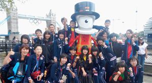 Commemorative photo taking with the official mascot Wenlock