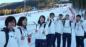 Watching scenes of competition (alpine skiing)